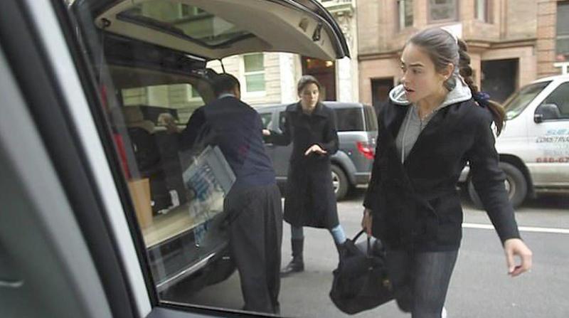 Μια κοπέλα που μοιάζει με το πρώην μοντέλο Σβετλάνα Ποζιντάεβα φωτογραφήθηκε ενώ έφευγε από την έπαυλη του Τζέφρι Έπσταϊν στη Νέα Υόρκη στις 07-02-2010.