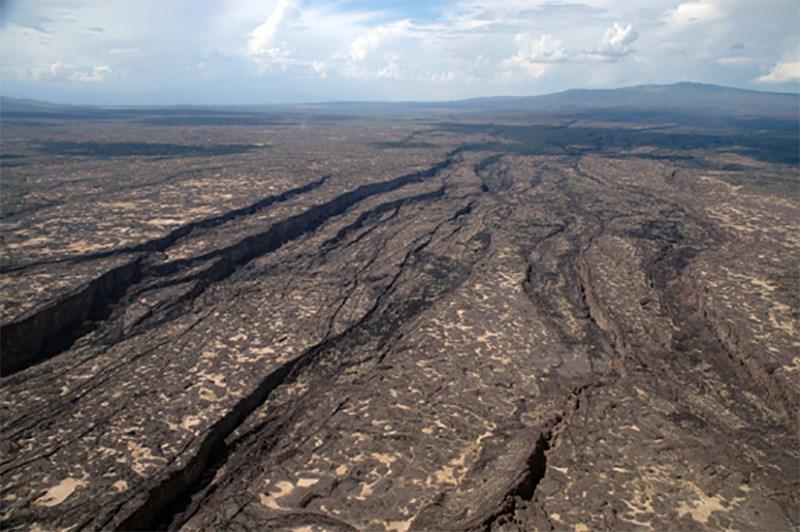 Ένα ρήγμα μήκους 35 μιλίων άνοιξε στην έρημο της Αιθιοπίας ως αποτέλεσμα της αργής μετακίνησης των τεκτονικών πλακών που διαχωρίζουν σιγά-σιγά την Αφρική