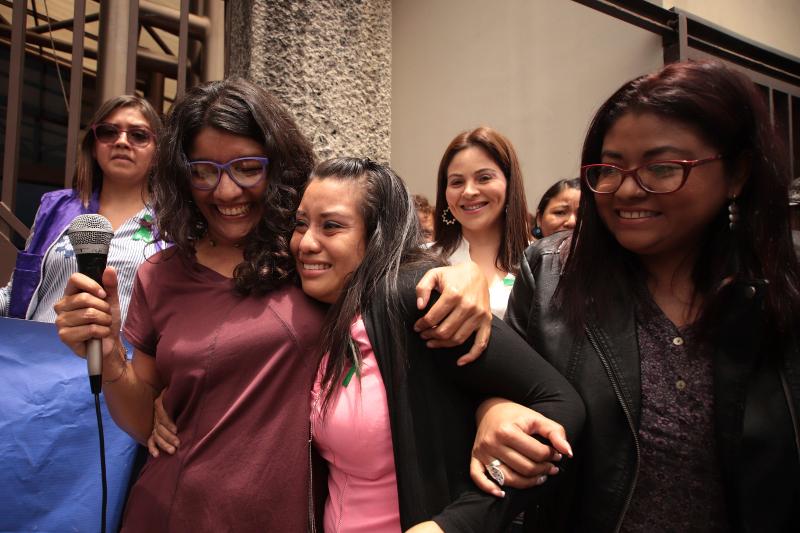 Η Έβελιν Ερντάντες «χαμένη» μέσα στην αγκαλιά υποστηρικτών της.