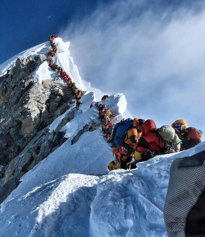 Η viral φωτογραφία που δείχνει ορειβάτες να περιμένουν υπομονετικά προκειμένου να φτάσουν στην κορυφή του όρους Έβερεστ