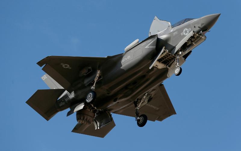 Μαχητικό πέμπτης γενιάς F-35 της αμερικανικής Πολεμικής Αεροπορίας ετοιμάζεται να προσγειωθεί σε βάση στην Αριζόνα.