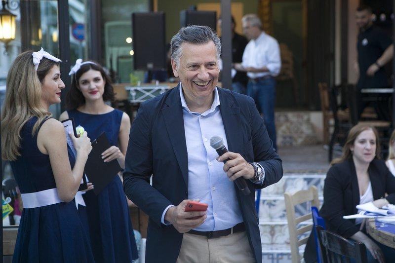 ο Νίκος Μιχαλόπουλος, Διευθυντής Marketing της Ολυμπιακής Ζυθοποιίας με μικρόφωνο στο χέρι