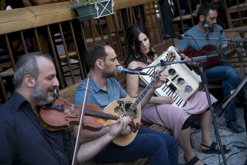 Μουσικοί με βιολί μπουζούκι και ακορντεόν