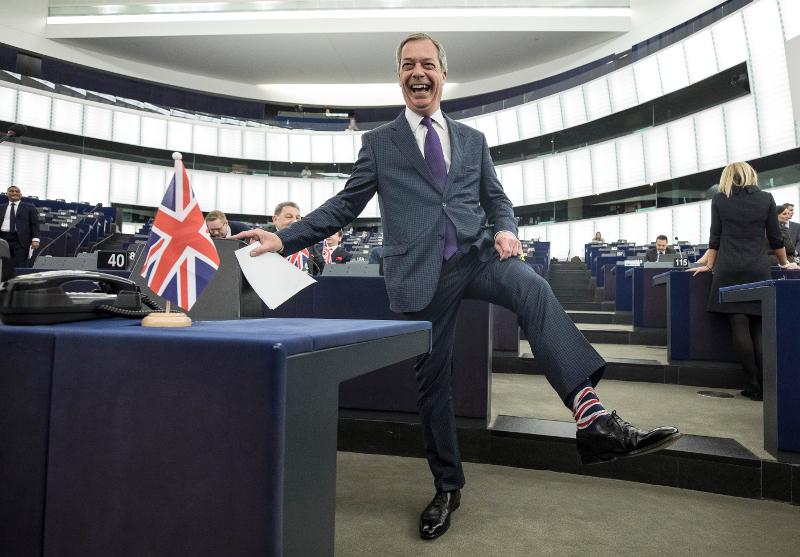 Ο Νάιτζελ Φάρατζ δείχνει στο φακό τις κάλτσες με τα χρώματα της σημαίας της Βρετανίας.