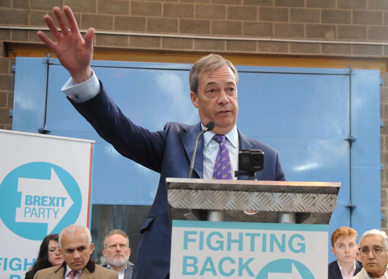 To κόμμα του Brexit του Νάιτζελ σαρώνει στις δημοσκοπήσεις ενόψει των ευρωεκλογών.