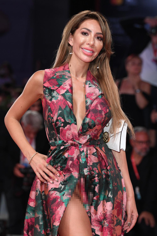 Η Φάρα Άμπραχαμ με φλοράλ φόρεμα