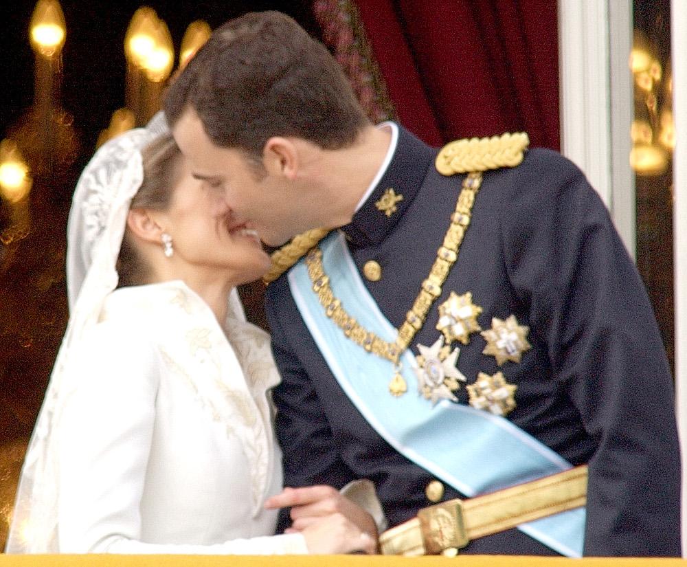 Η Λετίθια, μια πρώην δημοσιογράφος και διαζευγμένη, παντρεύτηκε τον τότε πρίγκιπα Φελίπε της Ισπανίας σε μια λαμπερή τελετή στη Μαδρίτη