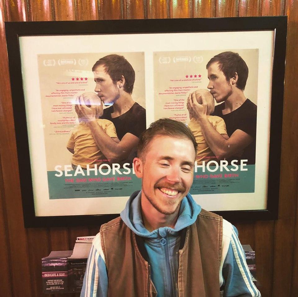 Ο Φρέντι ΜακΚόνελ μπροστά στην αφίσα του ντοκιμαντέρ του BBC