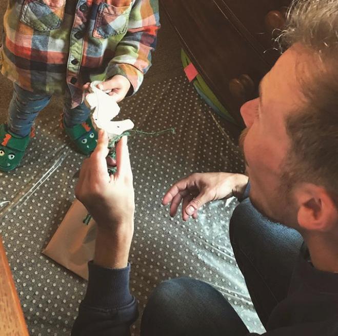 Πατέρας δίνει παιχνίδι στον μικρό του γιο