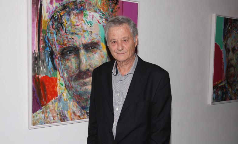 Γιάννης Ψυχοπαίδης μπροστά σε έργο του