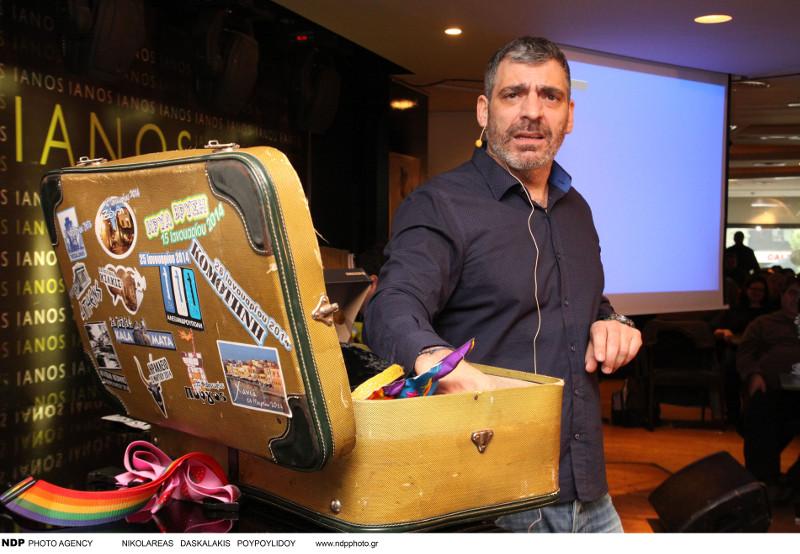 Γιάννης Σερβετάλης με βαλίτσα