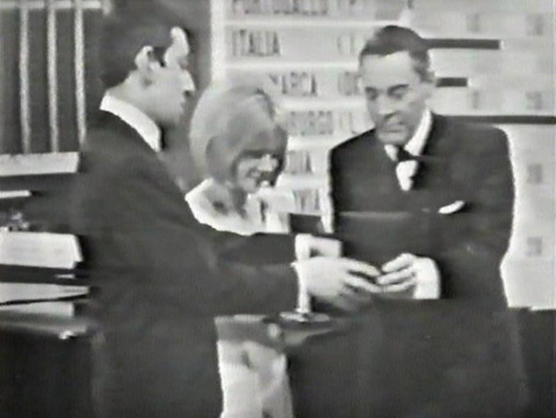 """Ο Σερζ Γκενσμπούργκ και η Φρανς Γκαλ κατά την παραλαβή του Grand Prix της Eurovision του 1965 για το """"Poupée de cire,poupée de son"""""""