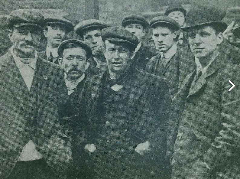 Ο Τζορτζ Μποσάμπ (κέντρο) με άλλους συναδέλφους του από τον Τιτανικό