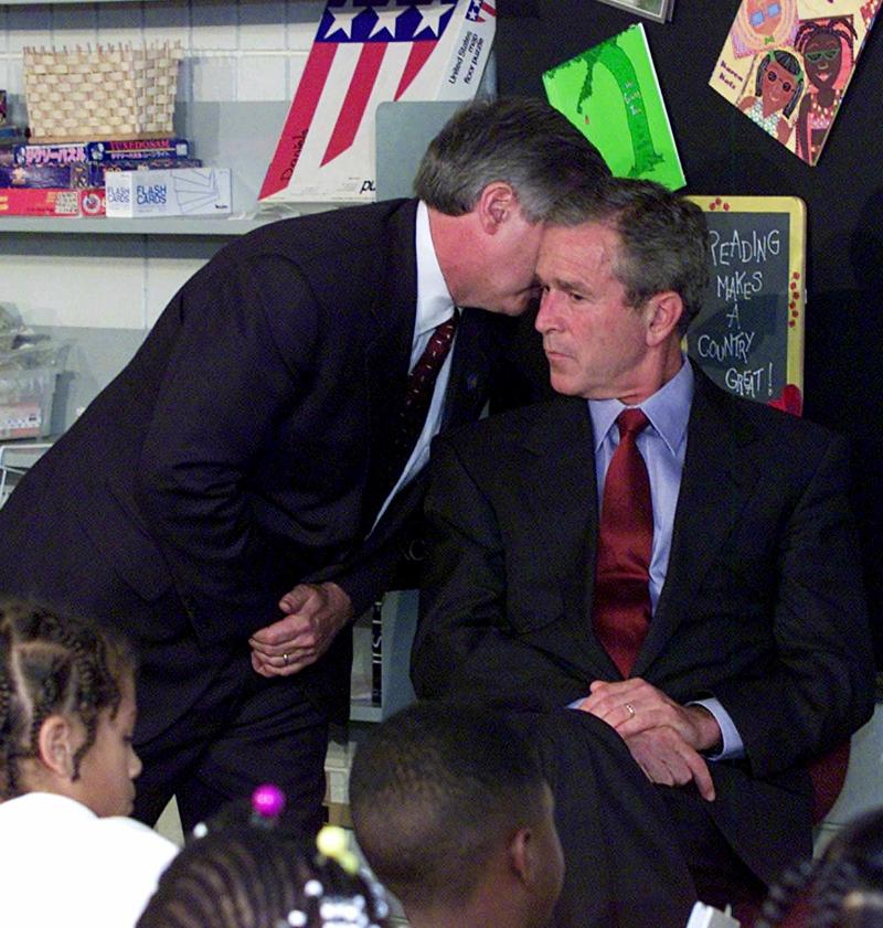 H στιγμή που ο Τζορτζ Μπους ο νεότερος ενημερώνεται για την πρώτην επίθεση στο Παγκόσμιο Κέντρο Εμπορίου. Εκείνη την ώρα βρισκόταν σε σχολείο στη Φλόριντα