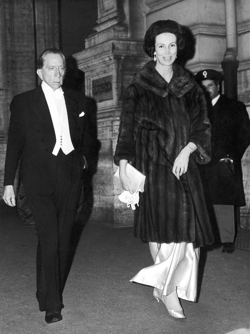 O Zαν Πολ Γκετί συνοδεύει την ιταλίδα πριγκίπισσα Τζιοβάνα Οντεσκάλκι κατά την έξοδό τους από πολυτελές ξενοδοχείο της Ρώμης στις 2 Φεβρουαρίου του 1966.