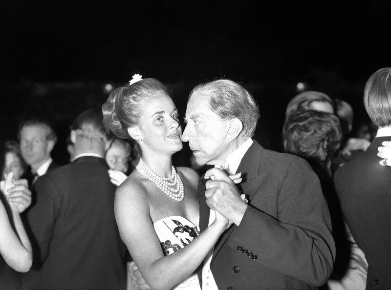 Ο Ζαν Πολ Γκετί χορεύει με την 29χρονη Madelle Hegeler, ένα μοντέλο από το Παρίσι, σε δεξίωση που παρέθεσε στην έπαυλή του στο Σάρεϊ της Αγγλίας την 1η Ιουλίου 1960 .