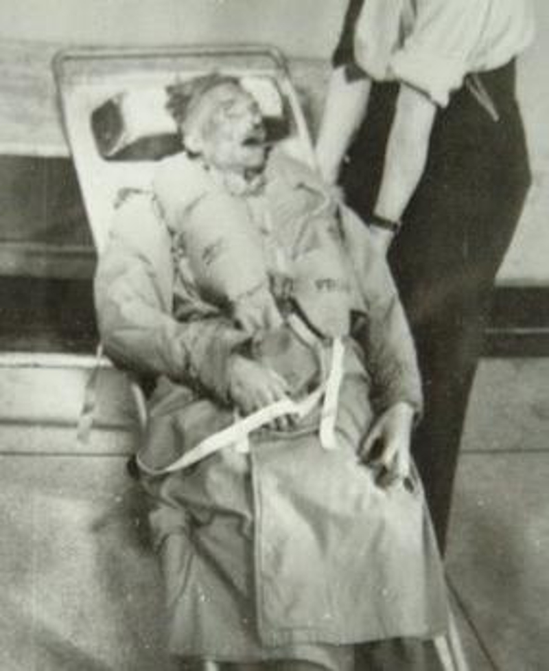 Η σορός του άστεγου Ουαλού Γκλίντουιρ Μάικλ, με τη στολή του ταγματάρχη πριν την τοποθέτησή του σε ατσάλινο κιβώτιο με ξηρό πάγο για τη μεταφορά του ανοικτά των ισπανικών ακτών.