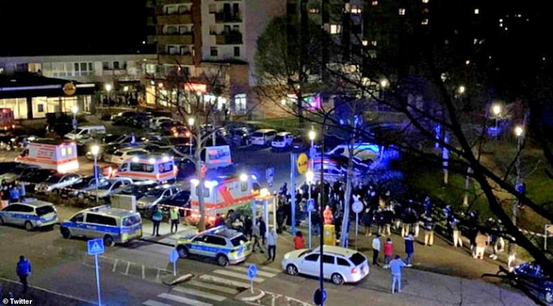 Ασθενοφόρα και περιπολικά σ' ένα από τα σημεία των επιθέσεων στο Χάναου της Γερμανίας.