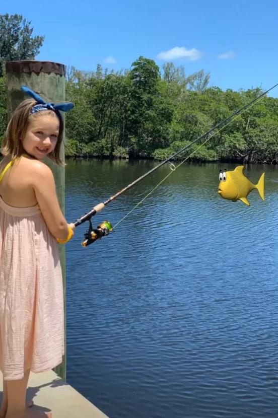 Η Χάρπερ Μπέκαμ ψαρεύει