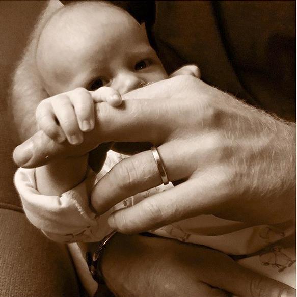 Η φωτογραφία του μικρού Άρτσι που δίχασε τους θαυμαστές της βασιλικής οικογένειας