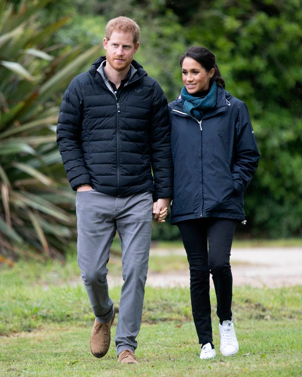Πρίγκιπας Χάρι και Μέγκαν ΜΑρκλ περπατούν πιασμένοι χέρι-χέρι