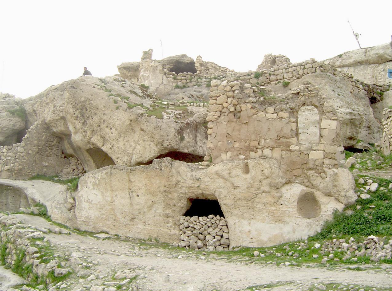Τα σπήλαια - ασκηταριά του Χασάνκεϊφ.