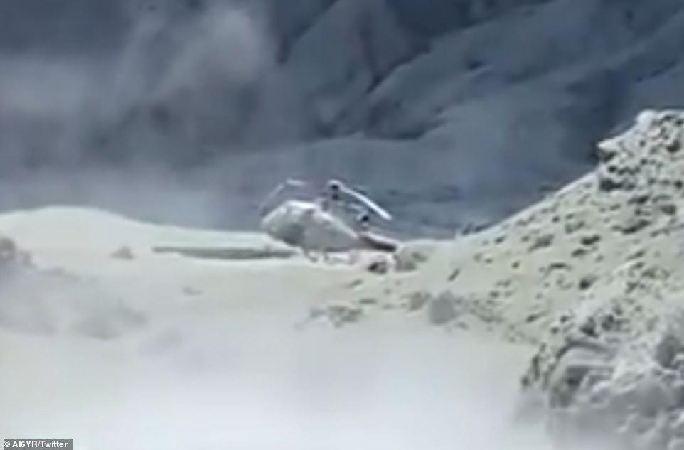Ένα από τα ελικόπτερα που μετέφεραν τουρίστες καλυμμένο με ηφαιστειακή τέφρα στο Λευκό Νησί της Νέας Ζηλανδίας.