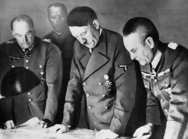 Ο Χίτλερ με στρατηγούς του καταστρώνουν σχέδια επί χάρτου.