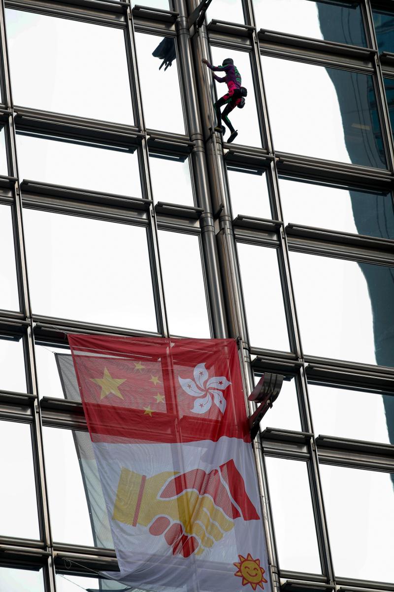 Πολίτες του Χονγκ Κονγκ παρακολούθησαν με κομμένη την ανάσα την προσπάθεια του «Γάλλου Σπάιντερμαν».