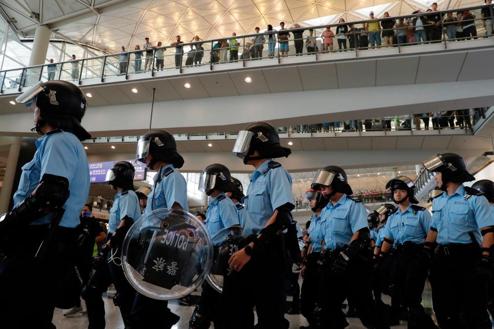 Αστυνομικοί παρατάσσονται στο αεροδρόμιο του Χονγκ Κονγκ