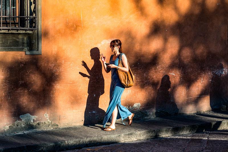 γυναικα περπαταει κιτρινος τοίχος