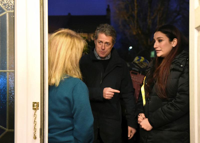 Χιου Γκραντ σε σπίτι βρετανίδας για την προεκλογική εκστρατεία