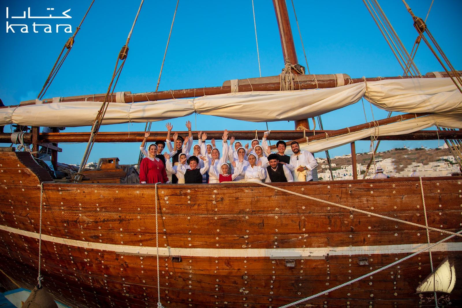 Κόσμος πάνω στο ξυλινο σκάφος
