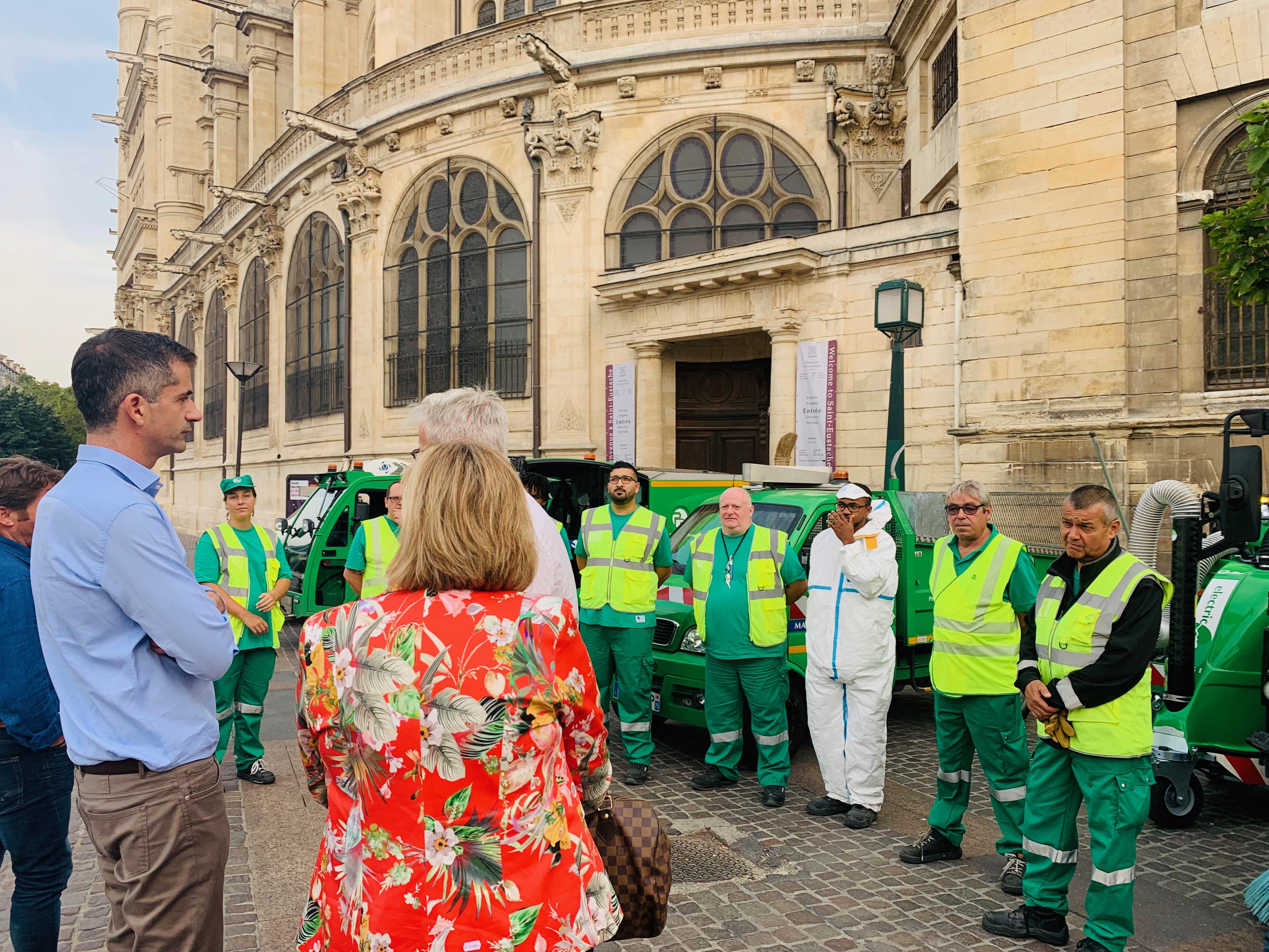 Ο Κώστας Μπακογιάννης με τις υπηρεσίες καθαριότητας στο Παρίσι