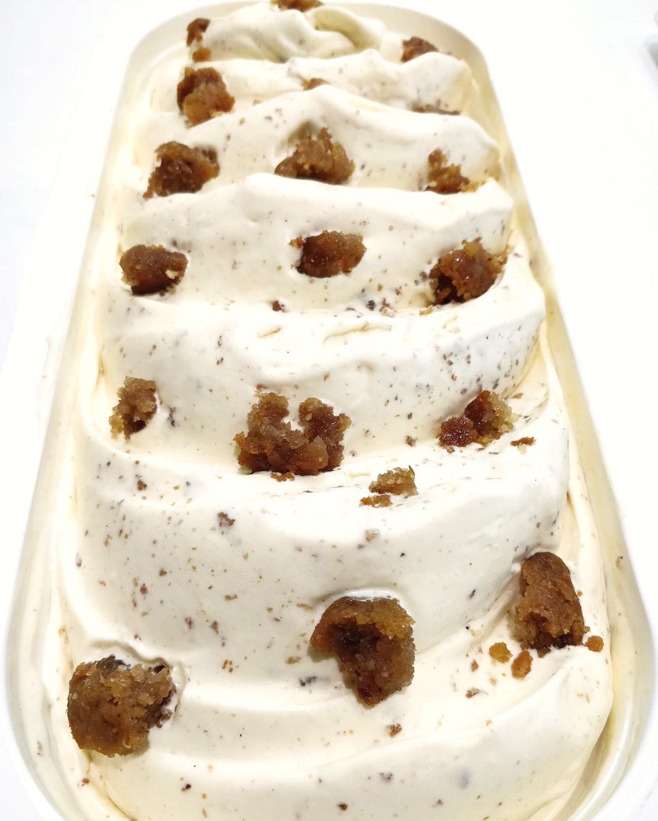 Κομματάκια μελομακάρονου σε βελούδινο παγωτό στο ζαχαροπλαστείο «Κανάκη»