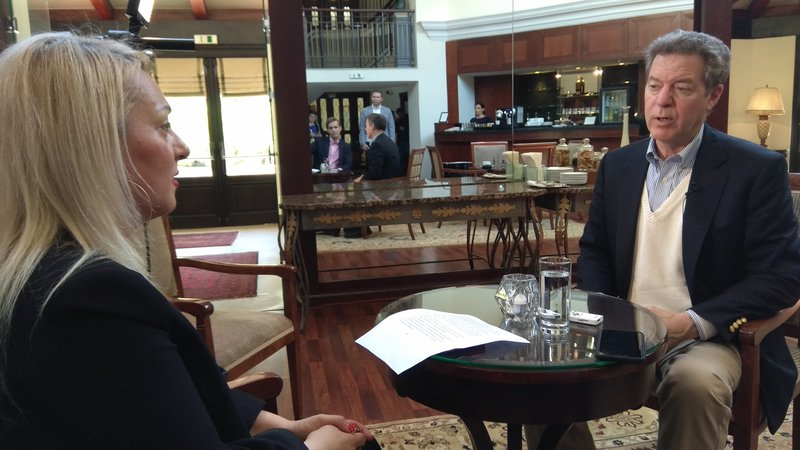 O Σαμ Μπράουνμπακ μιλά στη δημοσιογράφο του Αθηναϊκού - Μακεδονικού Πρακτορείου Ειδήσεων