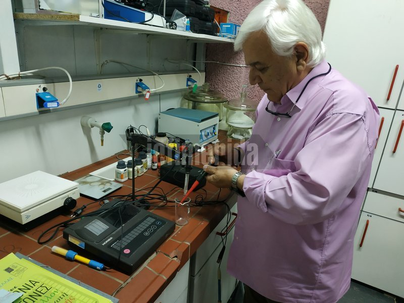 O Παναγιώτης Χριστοδουλάκης στο άρτια εξοπλισμένο εργαστήριο του ΠΑΚΟΕ