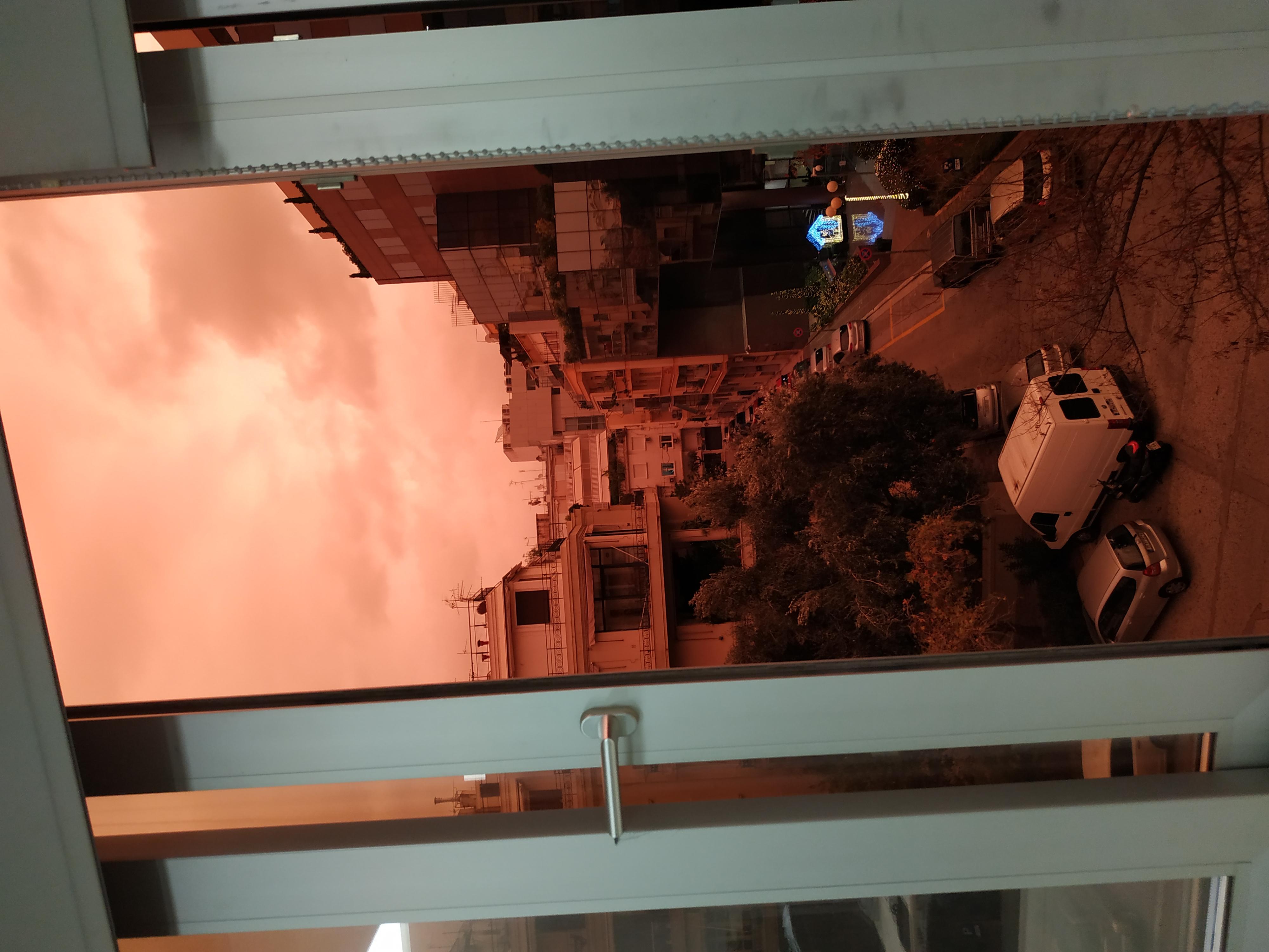 Viral ο κατακόκκινος ουρανός της Αθήνας το ξημέρωμα -Απίστευτες εικόνες