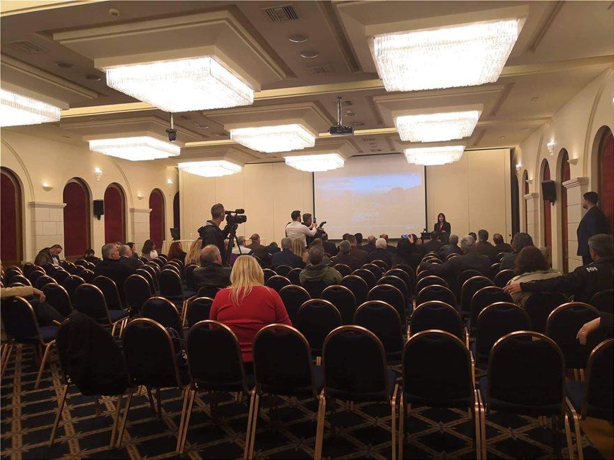 Η άδεια αίθουσα την ώρα της ομιλίας της Ελενας Κουντουρά