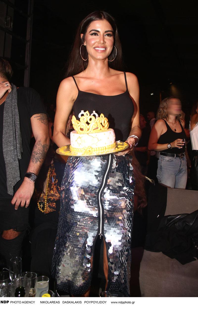 H Ιωάννα Μπέλλα στα γενέθλιά της σβήνει τα κεράκια στην τούρτα.