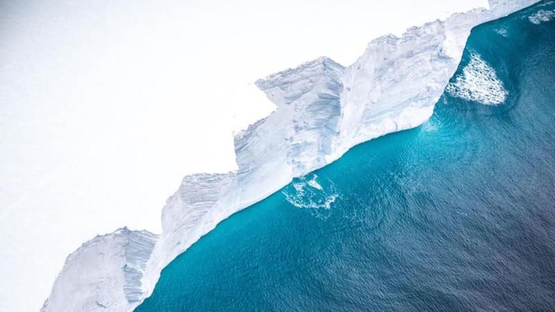 Ο γκρεμός αυτός σε μια από τις πλευρές του παγόβουνου έχει ύψος 30 μέτρων
