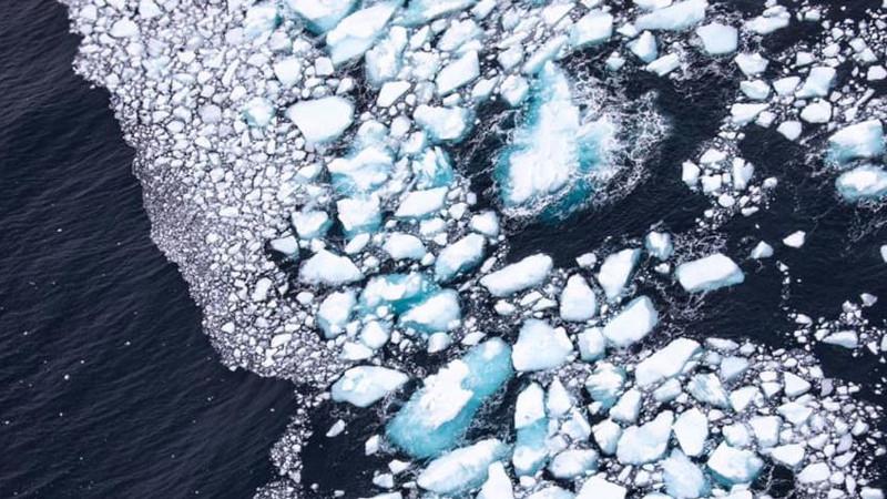 Τα νερά έχουν «κουφώσει» σε κάποια σημεία το παγόβουνο, ενώ σε άλλα σημεία το έχουν θρυμματίσει