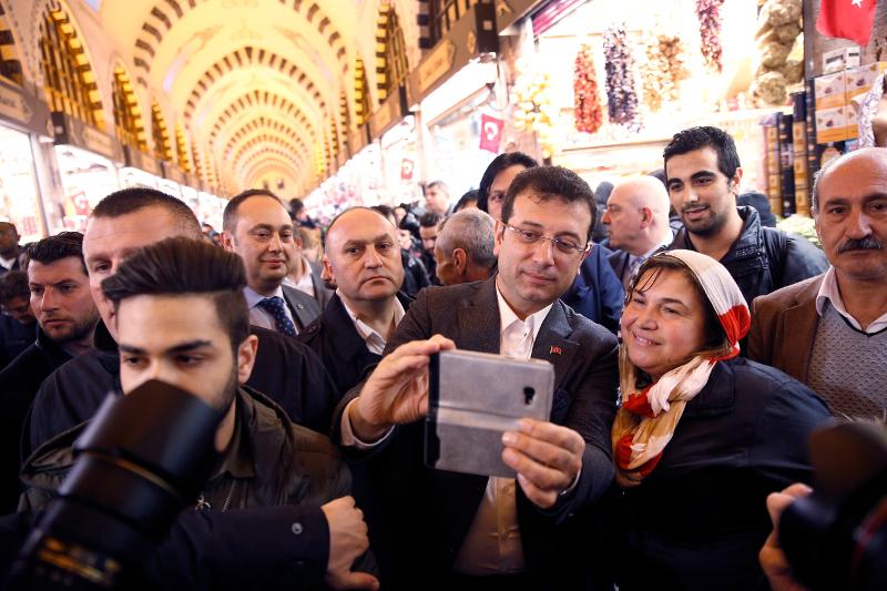Στη διάρκεια της προεκλογικής του καμπάνιας ο Ιμάμογλου «όργωσε» την Κωνσταντινούπολη για να έρθει σε επαφή με τους ψηφοφόρους και να ακούσει τα προβλήματά τους. Εδώ σε μια επίσκεψή του στην «Κλειστή Αγορά».