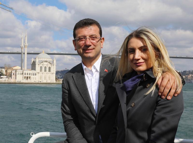 Ο Εκρέμ Ιμάμογλου και η σύζυγός του Ντιλέκ ποζάρουν στο φακό σε μια βόλτα στο Βόσπορο.