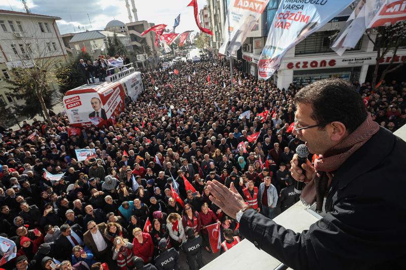 Ο Εκρέμ Ιμάμογλου σε προεκλογική του συγκέντρωση στα τέλη Μαρτίου σε συνοικία της Κωνσταντινούπολης.