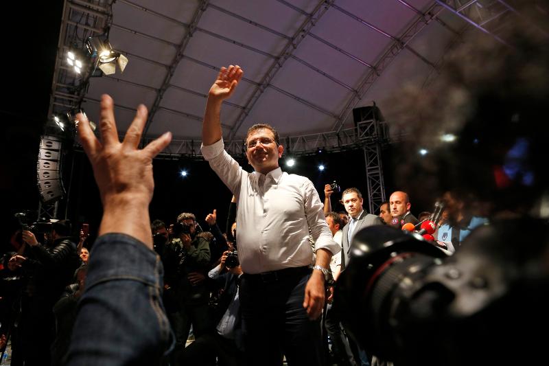 Ο υποψήφιος για τη δημαρχία της Κωνσταντινούπολης του κεμαλικού Ρεπουμπλικανικού Λαϊκού Κόμματος, Εκρέμ Ιμάμογλου, περιστοιχισμένος από οπαδούς του.