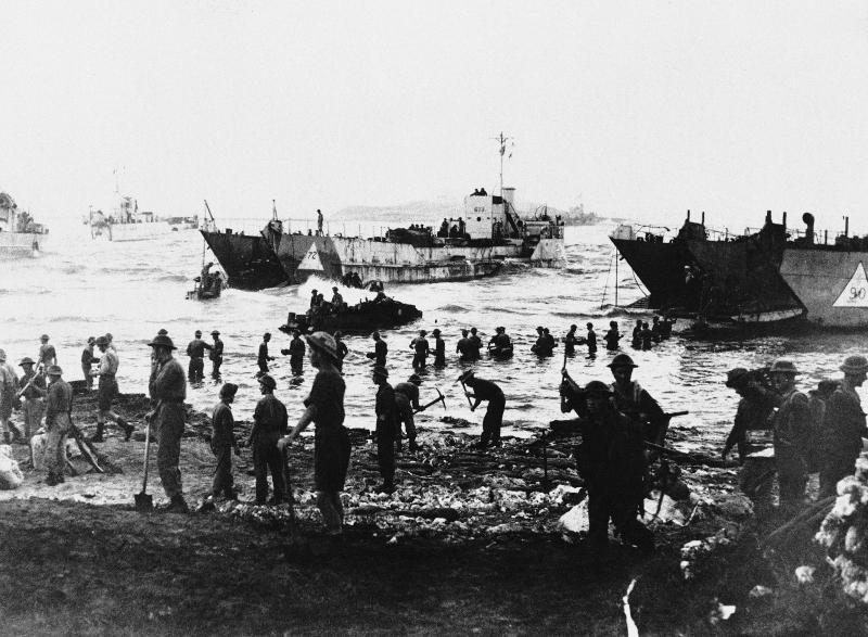 Συμμαχικά στρατεύματα σε ακτή της Σικελίας κατά την πρώτη μέρα της εισβολής, στις 10 Ιουλίου 1943.