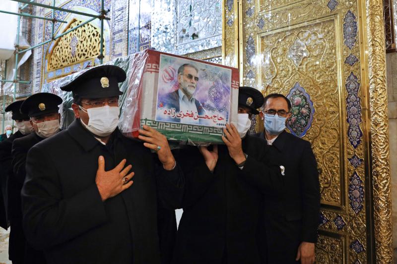 Στιγμιότυπο από τη μεταφορά της σορού του πυρηνικού επιστήμονα σε τέμενος της πόλης Μασάντ του Ιράν