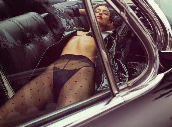 Η Ιρίνα Σάικ ποζάρει με μαύρα εσώρουχα σε κάμπριο αυτοκίνητο