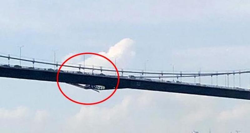 Στις φωτογραφίες που ανήρτησαν χρήστες των social media διακρίνονται, σύμφωνα με το Haberler.com, ζημιές σε δύο γέφυρες του Βοσπόρου στην Κωνσταντινούπολη.